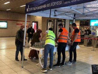 Iftar-Paket für Passagiere an U-Bahn-Stationen in Izmir