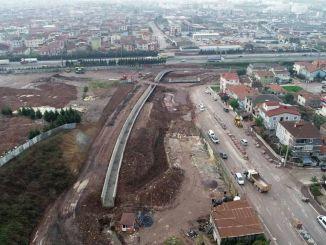 يستمر بناء جسر عبور الطريق السريع في الخليج