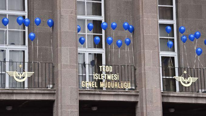 TCDD hat blauen Ballon für den Welttag des Bewusstseins für Autismus gehängt