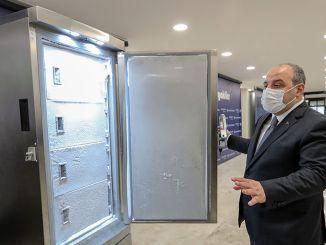 Varank miniszter megvizsgálta a szekrényt, amely ezer adag rakoncátlan tárolást képes tárolni.