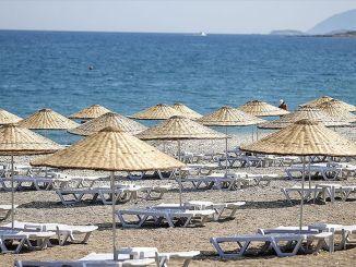 تم افتتاح الشاطئ العام المجاني التابع لوزارة الثقافة والسياحة في أنطاليا