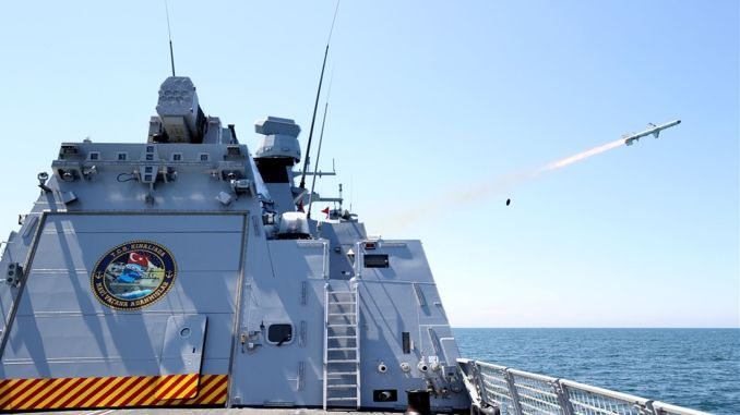 Le missile anti-navire Hawk frappe la cible du navire avec une précision totale