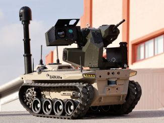 デジタル部隊のロボット兵バルカンが任務に備える