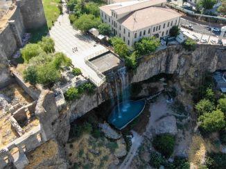 der Brunnenwasserfall fing wieder an zu fließen