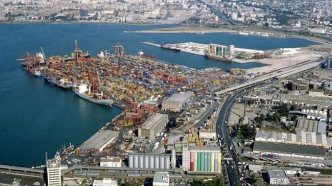 Trabalhos de iluminação na zona portuária de Izmir
