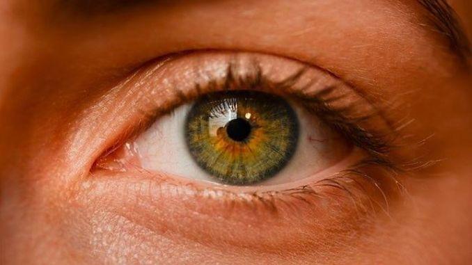النوم بدون إزالة المكياج يمكن أن يسبب جفاف العين.