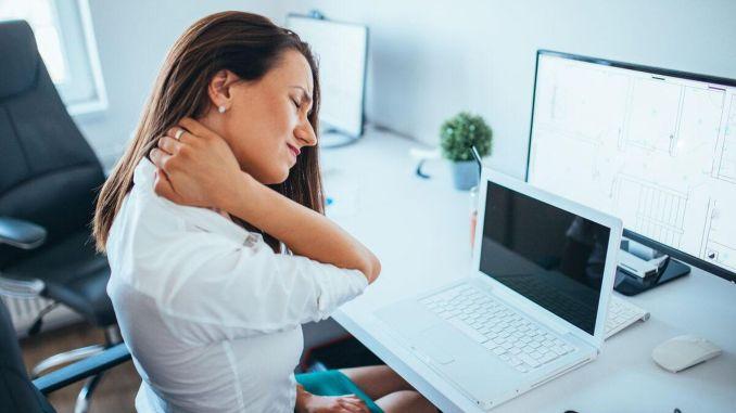 يشتكي عمال المكتب في الغالب من آلام الرقبة