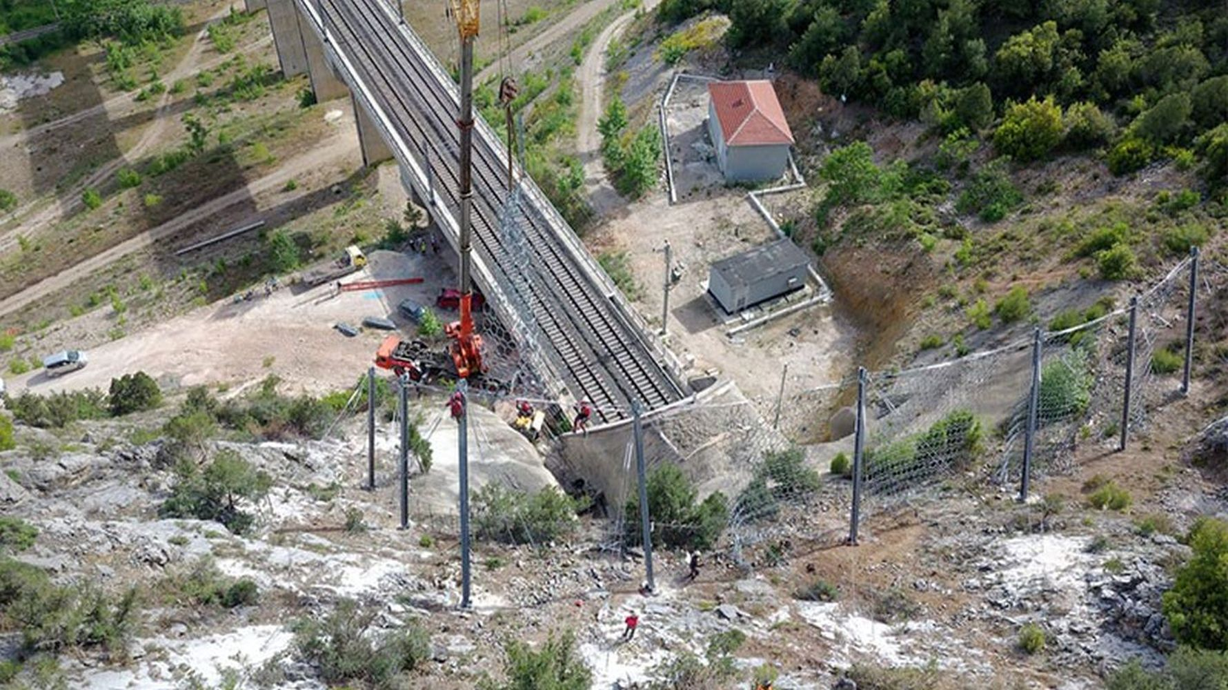 Construction of rock holding steel barrier on yht line