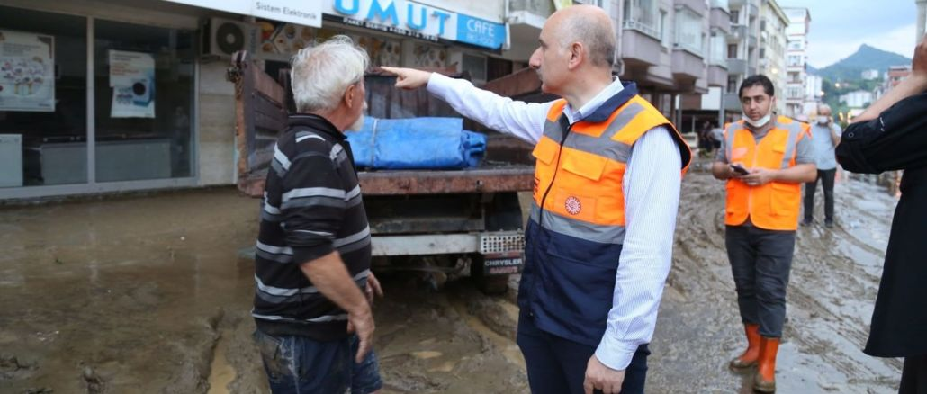 El ministro karaismailoglu examinó a los arhavi afectados por las inundaciones.