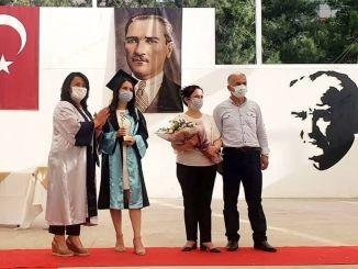 Медицинска сестра, завършила сестринския факултет на ЕС, получи дипломите си с церемония
