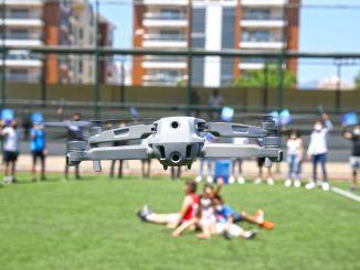 Die Drohnenausbildung wurde in Karsiyaka abgeschlossen, der junge Mann hat einen Führerschein gemacht