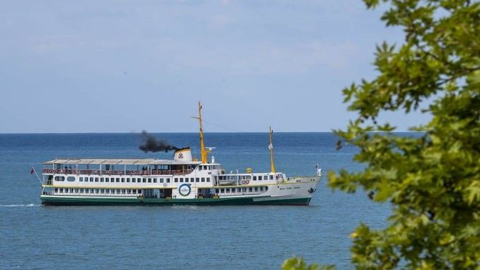 Le navire Sehit Temel Simsir est gratuit pendant la fête.