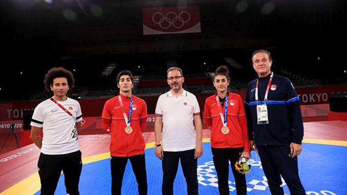 erste Medaille der nationalen Taekwondo-Spieler Hatice und Hakan in Tokio