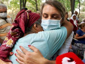 Dilek İmamoğlu und der Hilfswagen der Istanbul Foundation im Katastrophengebiet