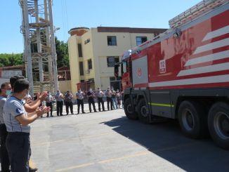 el departamento de bomberos de izmir fue recibido con aplausos