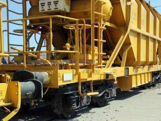 sivasta manevra yapan yuk treninin iki vagonu raydan cikti