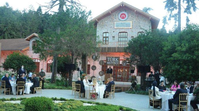 Türkische Küche mit jahrhundertealten Rezepten ist in den Bibliotheken der Welt