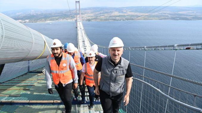 karaismailoglu a marché de l'Anatolie à l'Europe à travers le chemin des chats sur le pont de canakkale
