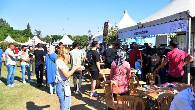 internationales adana-geschmacksfestival mit tausend menschen