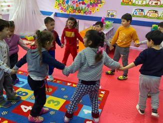 In Gruppen gespielte Spiele tragen zur Entwicklung des Kindes bei.
