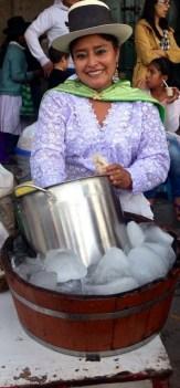 Eisverkäuferin in traditioneller Tracht