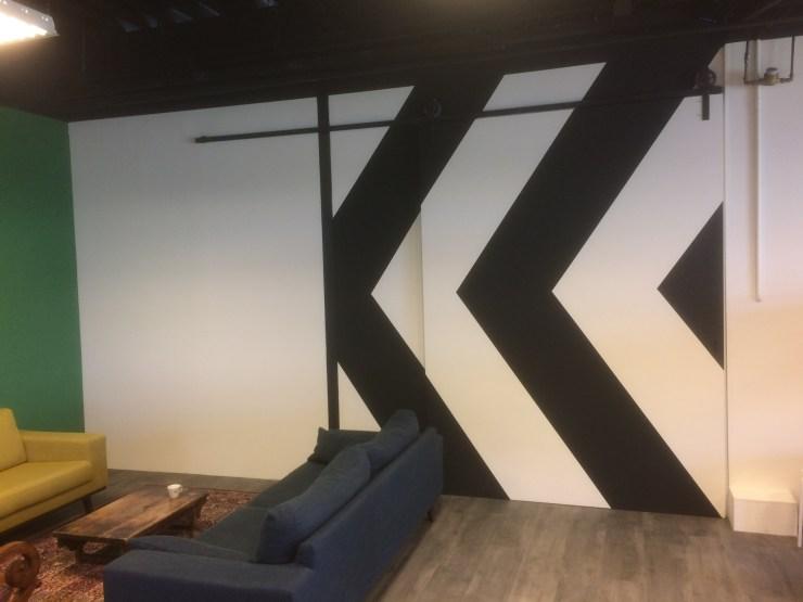 Scheidingswand met schuifdeur en schildering bij NoConceptNoGlory in Zwolle