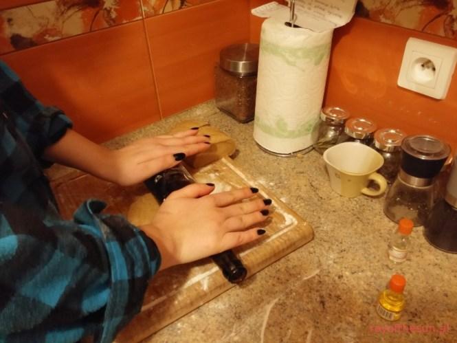 wałkowanie ciasta na pierniczki