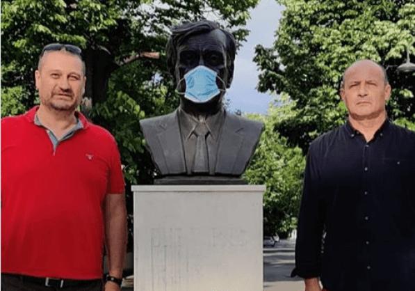 ScreenShot 20200528005701 300x210 - Video: Doi români au pus o mască chirurgicală statuii lui Elie Wiesel