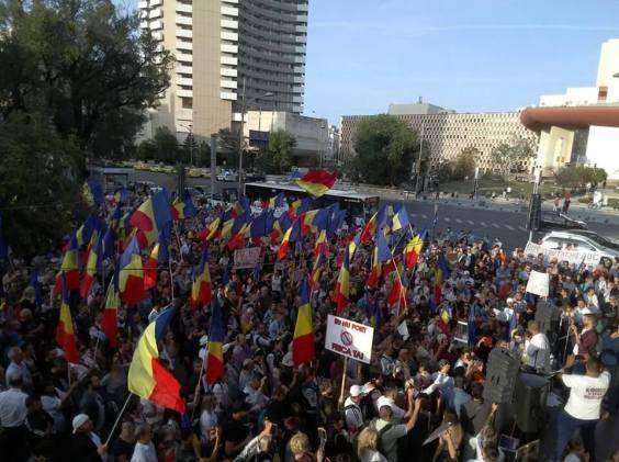 119637443 334055711146470 283929927120089337 n 300x224 - Circa 1200 de persoane au protestat în  Piața Universității, presa a dezinformat cu neruşinare