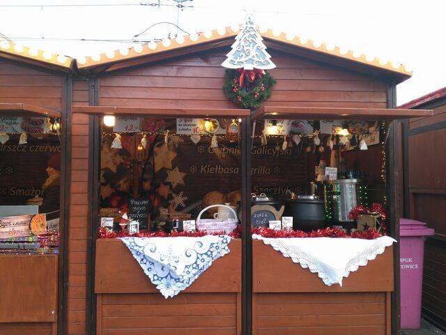 ポーランドのスープや伝統料理ビゴスを売る屋台も