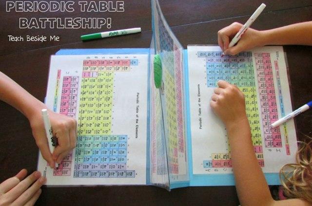 Para ensinar química aos filhos, mãe cria batalha naval com tabela periódica 2