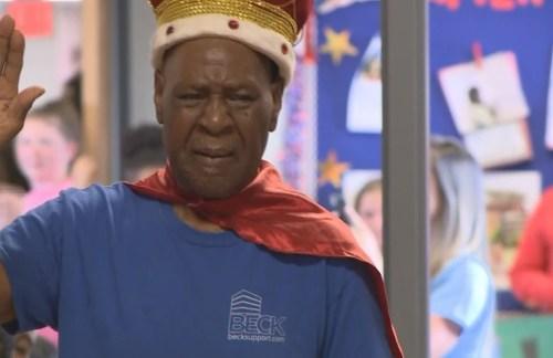 Crianças tratam zelador de 83 anos como um verdadeiro rei em seu último dia de trabalho