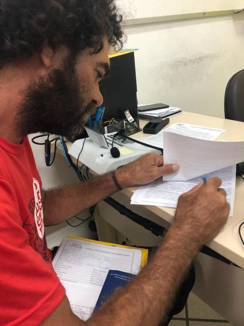 morador de rua que prestrou enem assinando contrato da bolsa de estudos