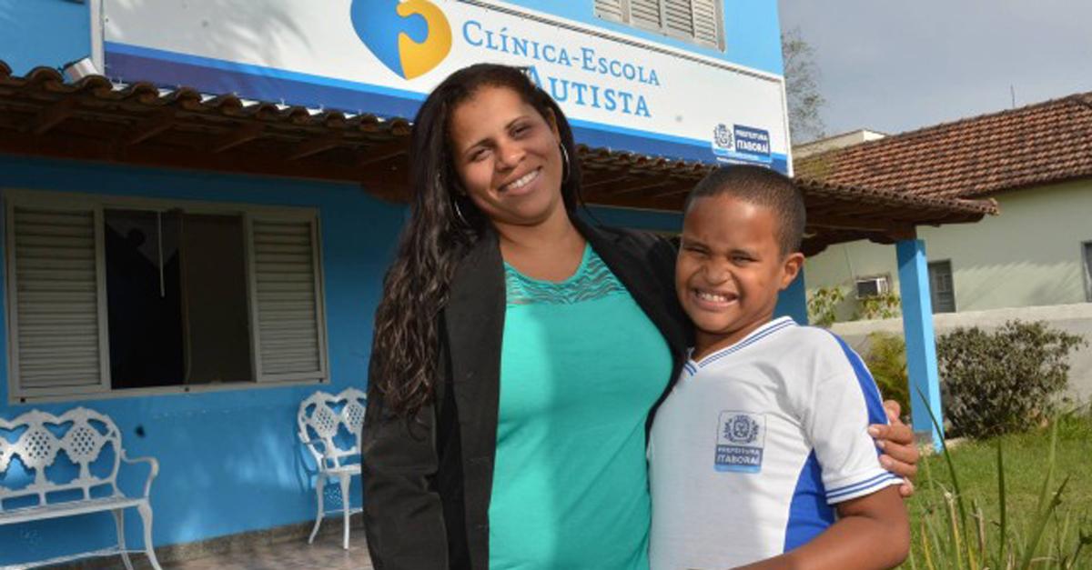 Aos 10 anos, professora autista falava 6 idiomas, hoje, tem seu método de alfabetização