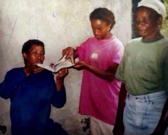 Foto antiga de três mulheres, uma de camisa azul, outra de rosa e outra de verde