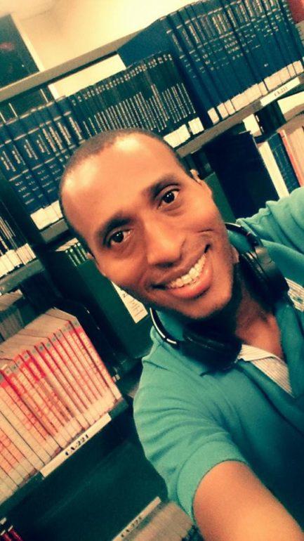 Homem em selfie sorrindo na biblioteca