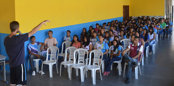 Márcio Francisco Martins durante aula sobre a importância da água