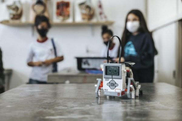 robô construído estudantes aulas robótica escola pública