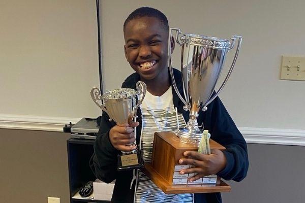 nigeriano com troféus do campeonato de xadrez
