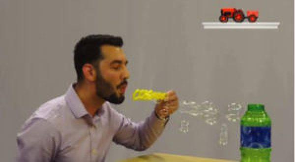 Homem assoprando bolinhas de sabão