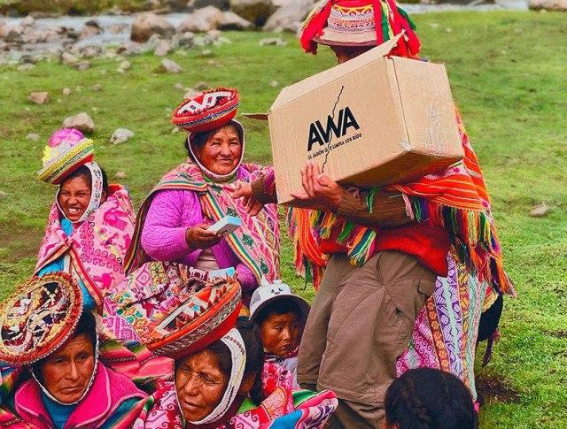 Mulheres peruanas recebendo barras de sabão