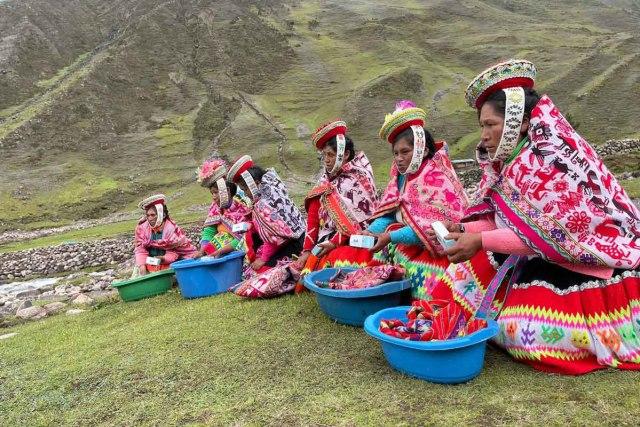 Mulheres peruanas lavando roupa