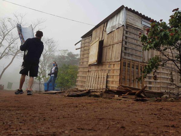 barraco de madeira comunidade