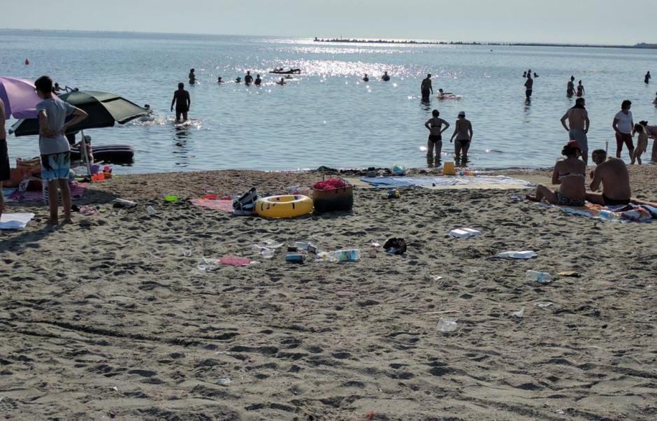 Gunoaie pe plaja