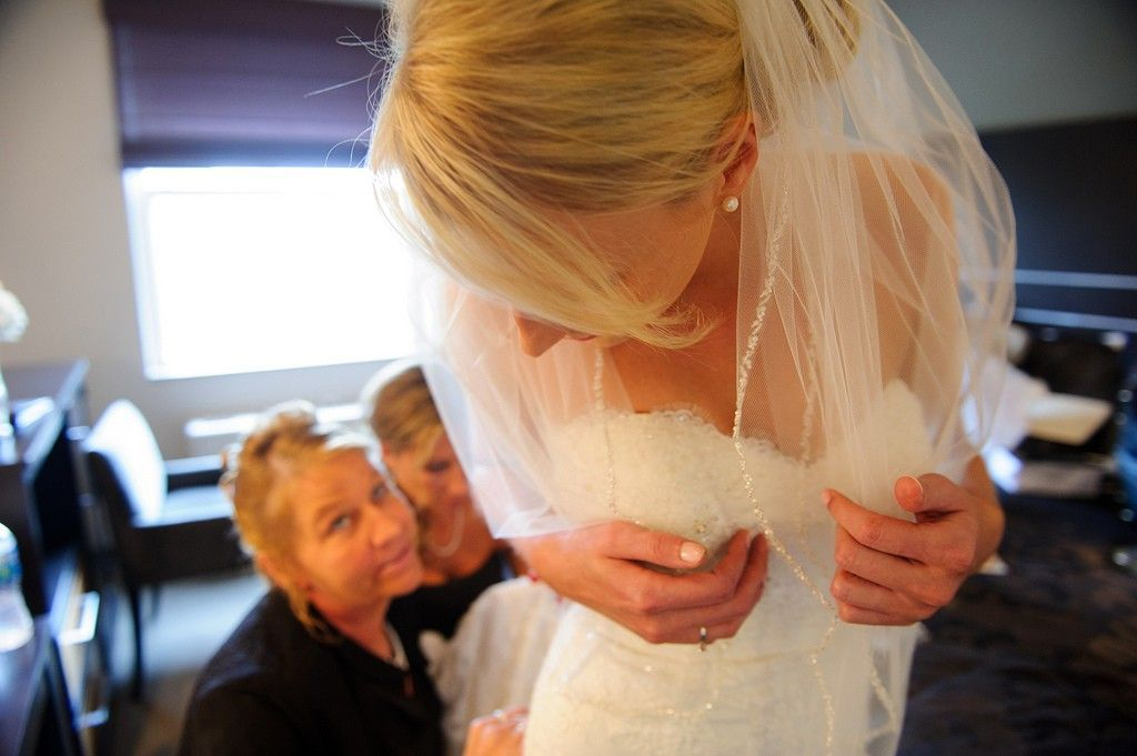bride getting ready at the IMU Iowa City - photo by Iowa City wedding photographer razvan