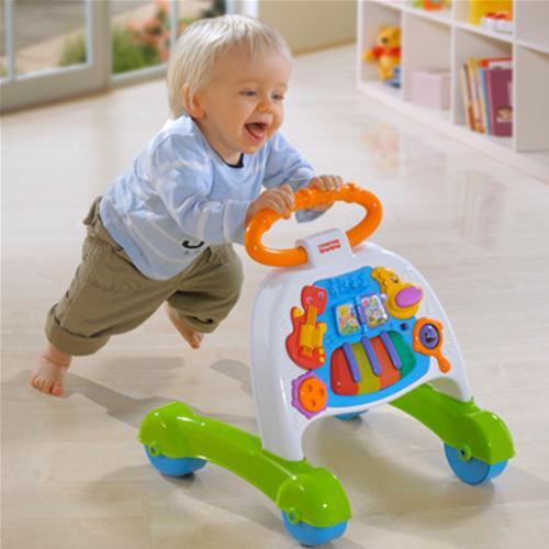 Бала қолдаумен жүре бастағанда - оған тұтқасы бар қауіпсіз машина ұсынады. Балалар оның артында жүреді, тұтқаларын ұстап тұрады.