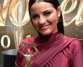 Maite Perroni ganha prêmio de melhor atriz e arrasa no palco da premiação