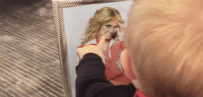 Filho de Anahí tem atitude fofa ao ver foto da mãe e encanta a web