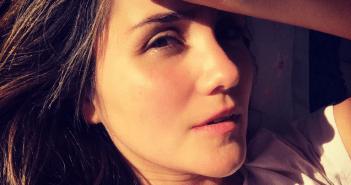 Dulce María surge de cara limpa e beleza natural conquista internet