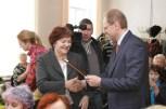 губернатор вручает благодарственное письмо директору школы №179 Галие Лютиковой